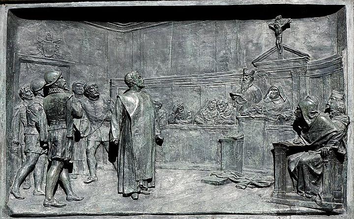Giordano Bruno vor der Inquisitionskommision. Historisierendes Relief von Ettore Ferrari (1848–1929),